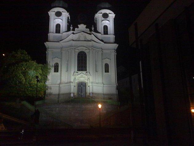 Karlovarský chrám Sv. Maří Magdalény, jedna z dominant lázeňského území, nyní vyniká i v noci.