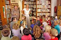 V dětském oddělení horšovskotýnské knihovny bývá i poměrně plno, například jako v případě besedy se spisovatelkou dětských knih  Danielou Krolupperovou, na snímku vpravo. Po jejím boku stojí vedoucí knihovny Miloslava Baxová.