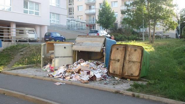 """Na těchto kontejnerech u domažlického domu pro seniory si dva mladíci zkoušeli, zda je dokáží převrátit. Podařilo se jim to a každý pak dostal """"odměnu"""" od městských strážníků – tři tisíce korun pokuty. Foto: MP Domažlice"""