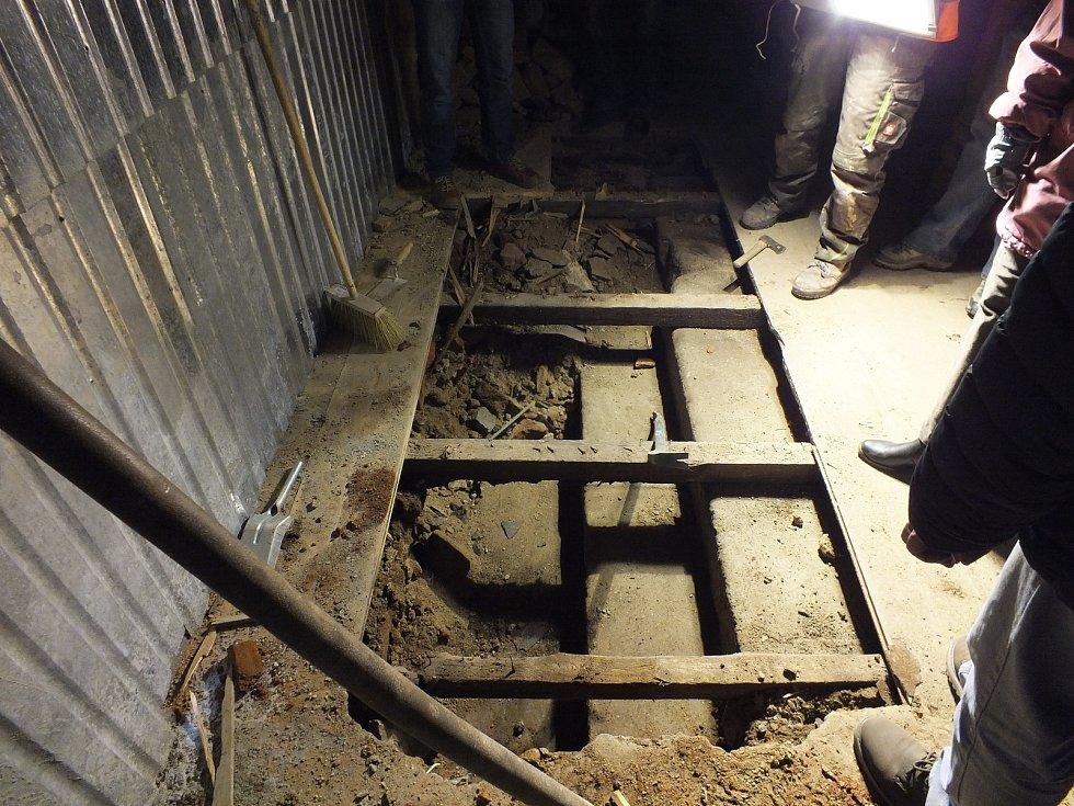 Odkrývání dosud utajených původních schodů do zámeckého parku.