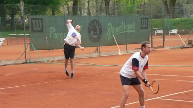 Klenečtí tenisté  Václav Dvorský a Václav Kubec (zleva) se v prvním kole Davis cupu se spoluhráči radovali z vítězství nad domažlickými Jekyll&Hyde v poměru 2:3.