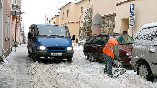 K odklízení sněhu ve Školní ulici v Domažlicích se využije moderní technika, nezbytná je ale i ruční práce.