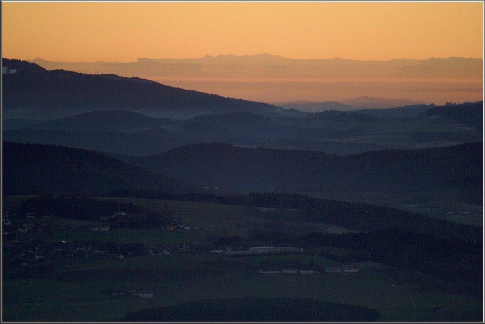 Od světelné věže Leuchtturm na Tanneneriegelu (910m) nad Gibachtem, kdy občas při západu slunce dochází k zrcadlení Alp, kdy dostávají tyto patvary.