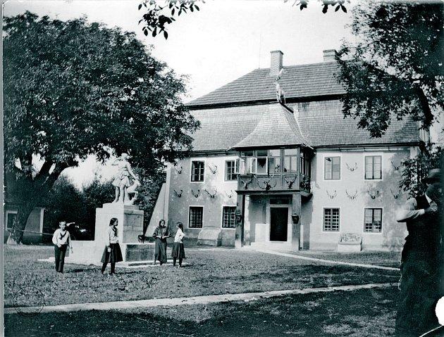 Historické fotografie budovy a celého přilehlého areálu skaplí a hospodářskými budovami zdoby, kdy zámeček ještě stál.