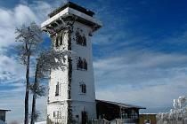"""ČERCHOV LETOS 21. ÚNORA. Na vrcholu byly velké závěje, snoubenci, kteří si zde chtěli zhruba o týden později říct své """"ano"""", byli nakonec oddáni u Baarova pomníku. ."""