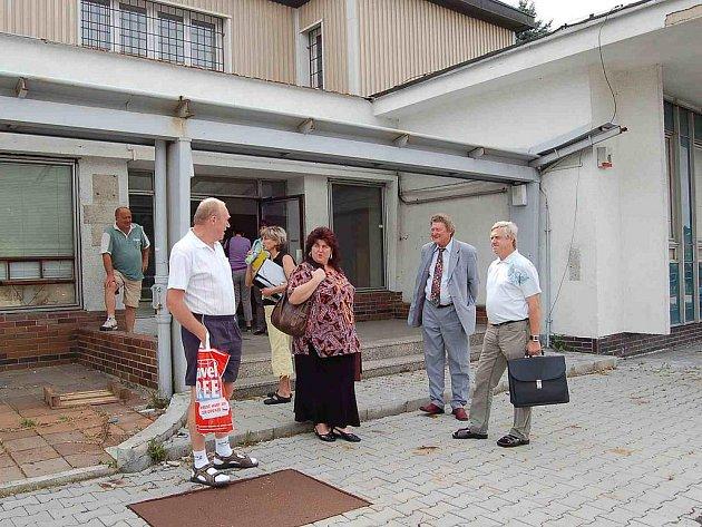 Vchod do stejné budovy vden, kdy došlo kjejímu předání do vlastnictví obce Česká Kubice.