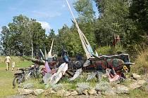 Také letos objekty, které vytvoří umělci při mezinárodním sochařském sympoziu, ozdobí takto areál Lomečku.