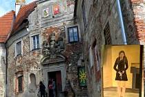Poběžovický zámek má chybějící okna nahrazena obrazy lidí, jimž není jeho stav lhostejný. Miroslav Schramek se k nim také přidal (obraz vpravo dole).