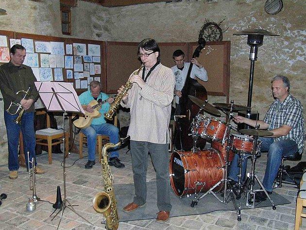 Jazz Quintet Pilsen zahrál v historických prostorách klenečské Staré pošty.