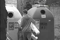 SLOŽENÍ ODPADU mimo kontejnery zachytily kamery i v Hruškově ulici nedaleko tenisových kurtů. Nadměrný odpad musí lidé dopravit do sběrného dvora.