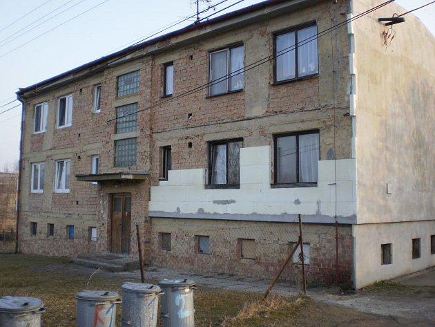 Bytový dům v Hyršově je opraven jen napůl