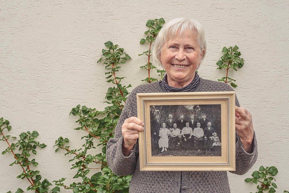 Kniha Po pěšinách Bělskem představuje historii regionu a jeho proměny. Součástí jsou dobové fotografie zaniklých obcí i aktuální snímky. Na jednom z nich paní Šosová, rozená Kořínková, ukazuje  fotografii svých předků, kteří žili ve Valdorfu.