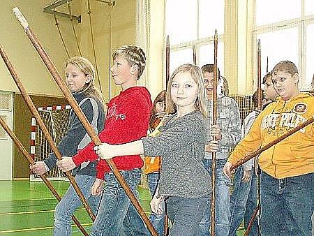 Školáci si vyzkoušeli bojovou sestavu pěšího vojska, bránícího se jezdeckému útoku.