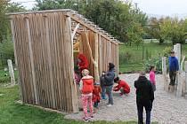 Zahrada dovoluje pohyb, zapojení smyslů, spolupráci v týmu i samostatnost a poskytuje prostor pro skutečné zážitky.