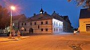 Stará radnice s nočním nasvícením.