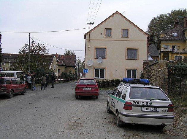 MÍSTNÍ JSOU TRAGÉDIÍ ZDRCENI. V této části Bělé nad Radbuzou se v pondělí kolem poledne odehrála roztržka, která skončila vraždou.  Policisté  ulici ohradili červenobílou páskou a místo střežili.