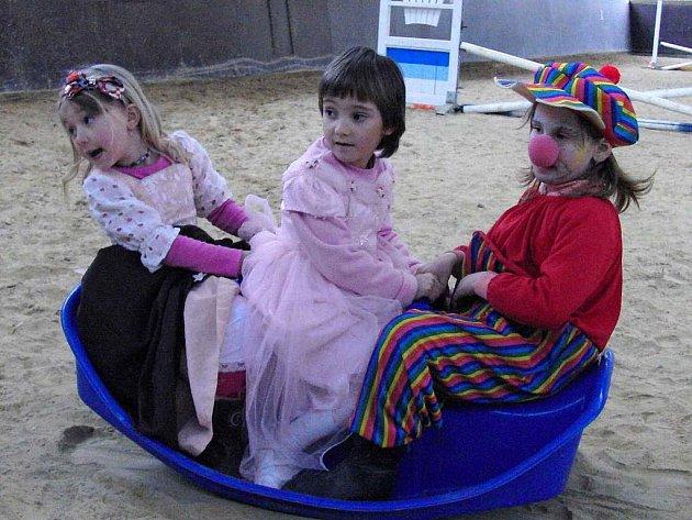 Z dětského karnevalu plného her na farmě KxK ve Svržně.