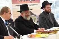 Z PŘÁTELSKÉHO POSEZENÍ PŘI POLOŽENÍ ZÁKLADNÍHO KAMENE SYNAGOGY V POBĚŽOVICÍCH. Zleva starosta Poběžovic Hynek Říha, dále rabín Avraham Yehoshua Waldman z New Yorku a rabín Josef Segal z Ukrajiny.