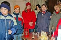 Domažličtí skauti z oddílu Ještěrky se letos opět postarají, aby se Betlémské světlo dostalo do našich domácností.