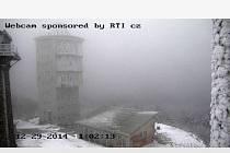 Z ČERCHOVA. Na snímku z webové kamery, jak situaci na nejvyšší hoře Českého lesa ukázala krátce po pondělní 11. hodině, je zřejmé, že sníh chybí. Ani poté se situace nezměnila.