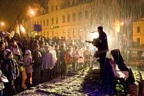 K vánoční náladě v Bělé přispěla i sněhová nadílka, která se krátce před zahájením celé akce začala pomalu snášet na pódium pod vánočním stromem. Během večera sněhu kvapem přibývalo, chuť do zpěvu to však žádnému z tří stovek návštěvníků nevzalo.