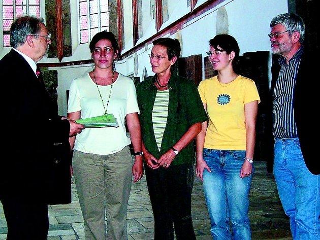 Emilie Nosková, která byla garantem projektu na domažlickém gymnáziu (uprostřed) a  zástupkyně domažlických  studentů Václava Radějová (druhá zprava) při přebírání ceny biskupství Regensburg