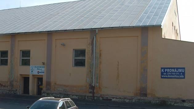 Opuštěný areál, kde do února loňského roku působil PDA velkoobchod, nyní nabízí město Domažlice opět k pronájmu.