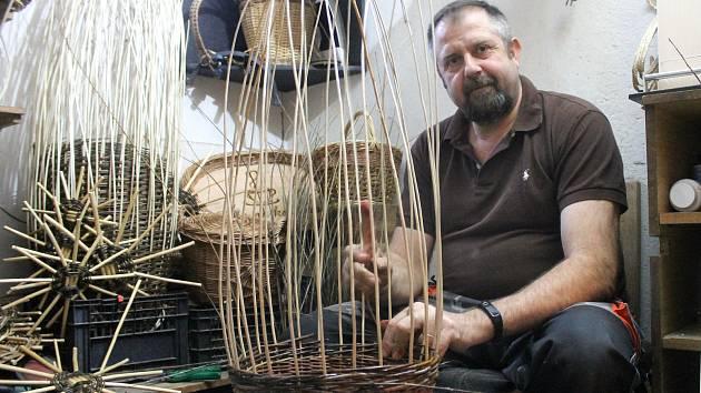 Zdeněk Pikal pracuje jako učitel ve výchovném ústavu v Hostouni. Ve svém volnu se věnuje košíkářství. Přes zimu tvoří ve sklepě bytovky v Hostouni, ve které s rodinou žije. Od jara do podzimu je na chalupě, na jejíž zahradě pěstuje tisíce vrb.