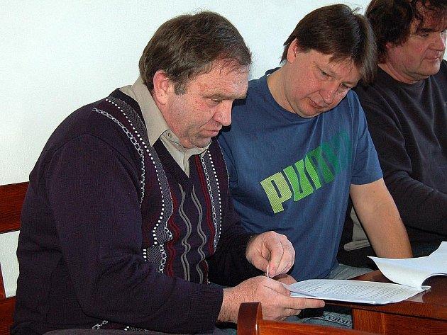 PŘEDSEDA OFS DOMAŽLICE Karel Sladký (vlevo) a nový pokladník Slavoje Koloveč Milan Lucák.
