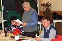 Z JEDNÁNÍ SPORTOVNÍ UNIE. Zleva sedí Zdeňka Slivoňová, Václav Jung a předseda výboru Miroslav Kabourek.