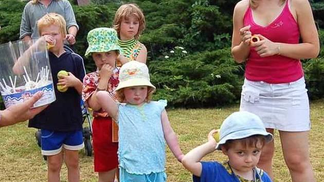 V areálu osvračínského zámku v sobotu řádily děti. Byla pro ně připravena řada soutěží.