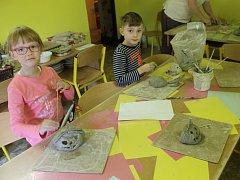 Podzimní dekorace z keramiky vyráběly děti v sobotu dopoledne v domažlickém Domu dětí a mládeže Domino.