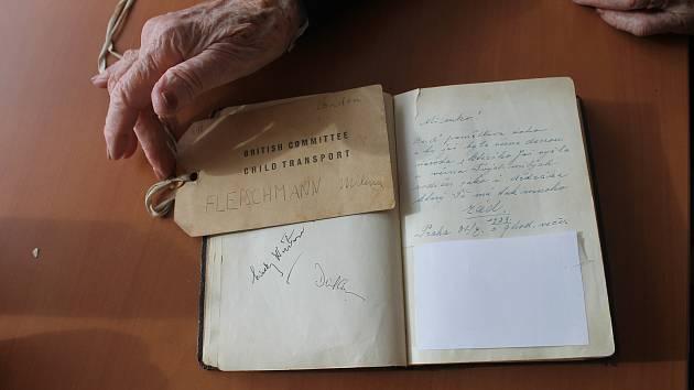 Kartička, kterou měla Milena na krku, když odjížděla vlakem. A památník, který dostala od svého dědy v den odjezdu.