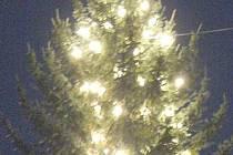 Takto rozsvícené vánoční stromky můžete vidět v každé vesnici