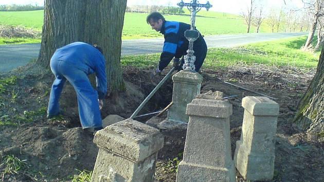 Nález zakopaných křížů u Klenčí.
