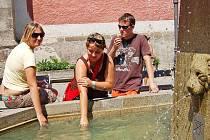 Zatímco vloni se u kašny na domažlickém náměstí lidé tlačili, aby se mohli v parných dnech osvěžit, letos se jí v posledních dnech obloukem vyhýbali. Voda je příliš studená.