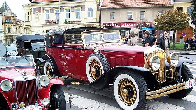 Mohutnost pozlacené Minervy vynikne ve srovnání s vedle stojícím sportovním vozem  MG TB z roku 1939.