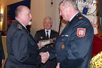 JAN JANKOVEC (vpravo) převzal z rukou krajského starosty hasičů Františka Hanuse čestné uznání. V pozadí přihlíží Josef Jírovec, čerstvý držitel Pamětní medaile ke 150 letům hasičů v Čechách.