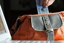Krádeže peněženek z kabelek i jiných zavazadel nejsou pro zloděje nic nemožného. Ilustrační foto.