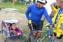 Dvaačtyřicet kilometrů ujeli  se svým tatínkem, v pohodlném vozíčku, tříletý Jiřík a šestnáctiměsíční Magdalénka.