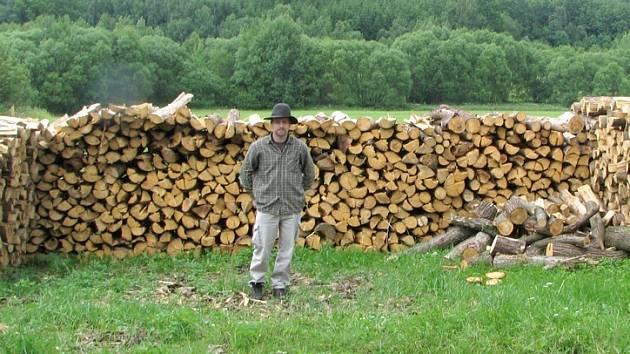 JIŘÍ KADERA  povede výpal milíře, na jehož stavbu bude potřeba deset kubíků smrkového dřeva.