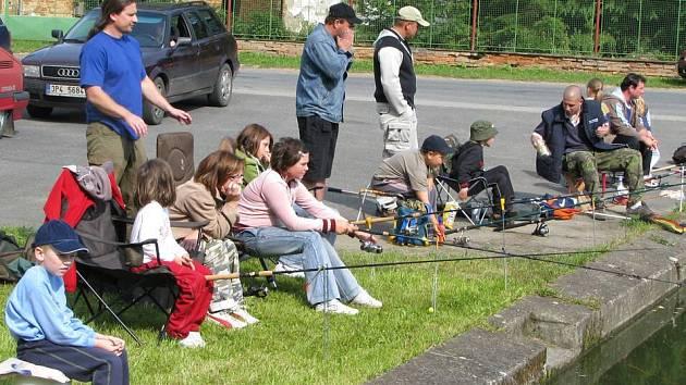 Čtyřicítka dětí se sešla u rybníka v Osvračíně na druhém ročníku dětských rybářských závodů.
