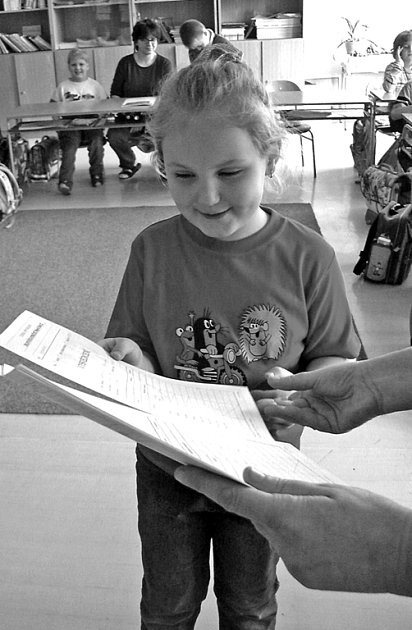 VYSVĚDČENÍ. Každoročně omílané téma v souvislosti s trestáním dětí za špatné známky či dokonce jejich útěky z domova. Řada rodičů si za svoji reakci může sama, když jejich starost o školní docházku začíná a končí podpisem známek v žákovské knížce.