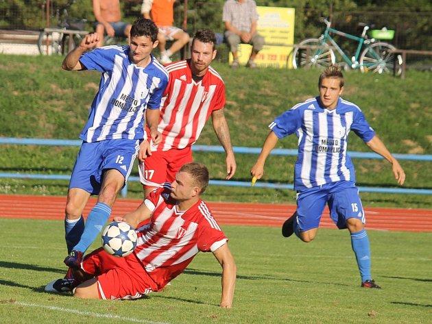 FOTBALISTA LUKÁŠ BEZDĚK v dresu Jiskry Domažlice s oblíbeným číslem 12. Snímek je z utkání s SK Zápy.