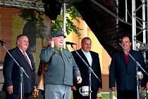 PO KŘTU KNIHY MARIE ŠPAČKOVÉ A PŘÍPITKU (zleva) senátor Jan Látka, dobrý voják Švejk, předseda Svazku obcí Domažlicko a starosta Bělé Libor Picka a Václav Brichzin, starosta Velkého Malahova, pod který Jivjany spadají.