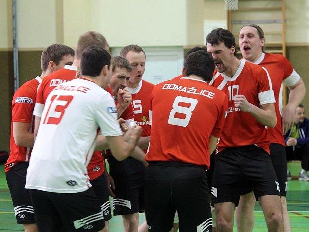 Domažličtí volejbalisté zachránili výhrami nad Malou Skálou svoji účast ve II. lize i v další sezoně.