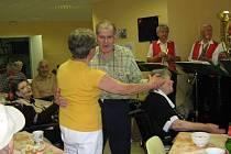 Lidové písničky, tanec a zpěv byly zlatým hřebem Dne otevřených dveří v černovickém domově pro seniory.