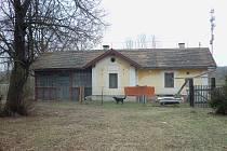 DRÁŽNÍ DOMEK v Osvračíně, jehož polovina sloužila jako čekárna. Přístup k bývalému zázemí zastávky později zatarasila nová betonová protihluková zeď.