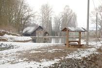 V areálu rybochovného zařízení jsou odpočinkový stůl s lavičkami a altánek nad vodou.