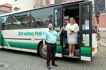 SNOUBENCE SIMONU HROMÁDKOVOU A RADKA HODANA přivezl před domažlickou radnici nazdobený autobus.